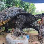 Fabulosa escultura de una tortuga hecha con desperdicios metálicos