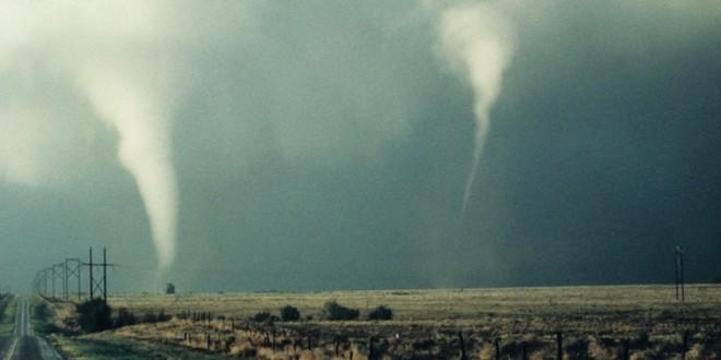 video de un tornado grabado desde el interior de un automóvil