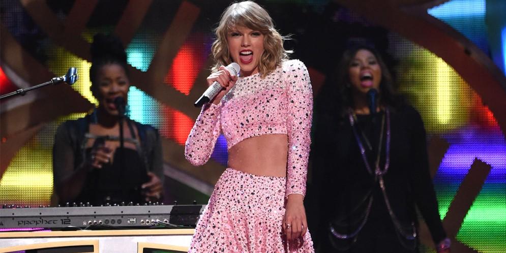 Taylor Swift es rodeada por decenas de gatos