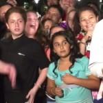 Niño se roba el show durante la transmisión de un reportaje