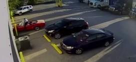 Un hombre detiene increíblemente su carro Ford Mustang cuando comenzó a deslizarse solo