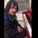 indigente tocando piano