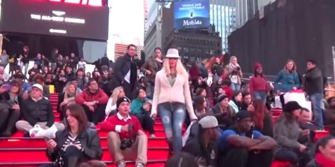 modelo que camina sin pantalones por Nueva York