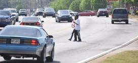 Esto es lo que le pasa a los peatones imprudentes que creen poder ganarle a los carros