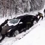 sacar un carro de la nieve