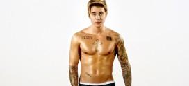 Justin Bieber celebró sus 21 años con modelos, champaña y sin camisa