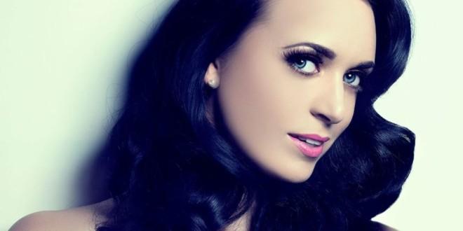 Viacrucis de la actriz británica que es idéntica a Katy Perry