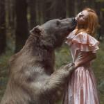 Valientes modelos posan junto a animales salvajes