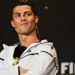 Cristiano Ronaldo fue fotografiado mientras orinaba en la calle