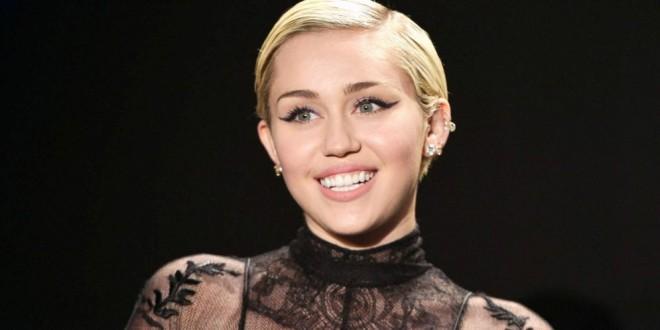 Fotos serían la confirmación del noviazgo de Miley Cyrus con una modelo