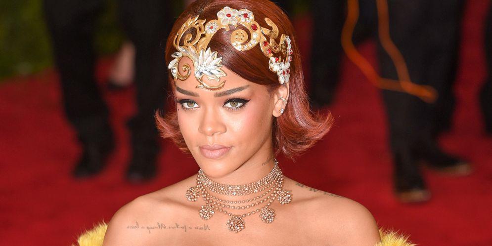 Rihanna le pone temperatura a las redes sociales con su atrevida selfie