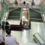 mujer tragada por las escaleras eléctricas