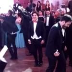 Novio y sus amigos hacen increíble número de baile en plena boda