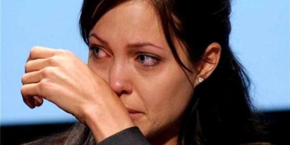 Angelina Jolie llorando