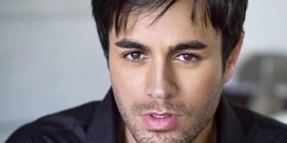 video de Enrique Iglesias cantando desafinado