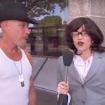 Miley Cyrus disfrazada de reportera