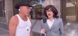 Video: Miley Cyrus disfrazada de reportera, le pregunta al público lo que piensa de ella