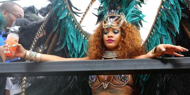 Fotos: vestida como una sensual garota brasilera, Rihanna se gozó el carnaval en su país natal
