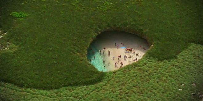 No es un montaje: esta playa que parece estar en medio de un hoyo es real