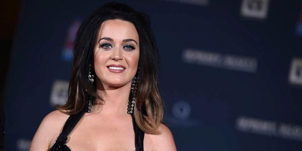 Una fanática enloquecida de la emoción casi no suelta a Katy Perry en un concierto