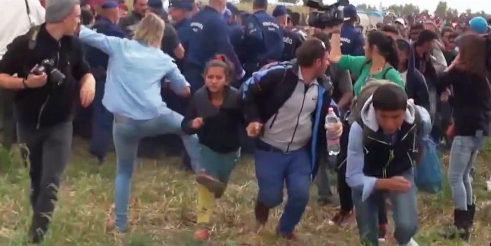periodista que patea a refugiados