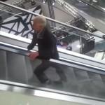 Con tal de obtener hamburguesas gratis, dos ancianos se portan como adolescentes