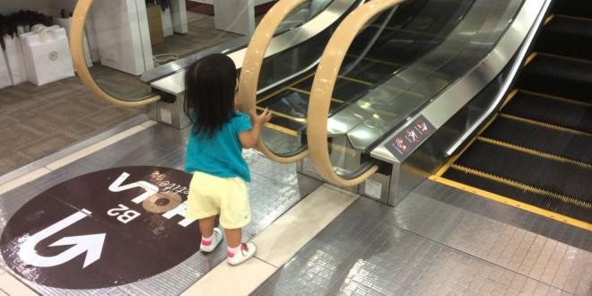 Esta es la razón por la que no debes permitir que los niños jueguen en las escaleras eléctricas