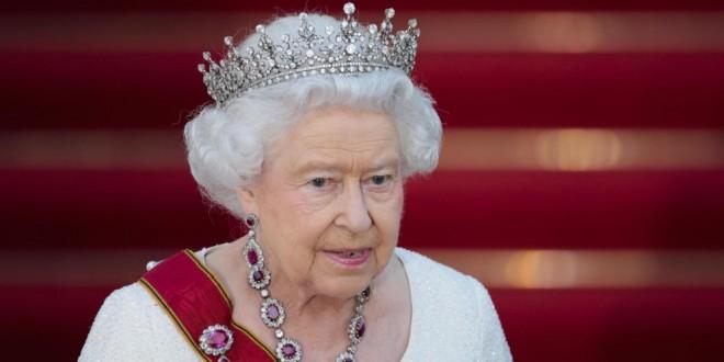 ¡Qué falla! Escultura en porcelana china de la Reina Isabel se parece más a Tom Hanks [Fotos]