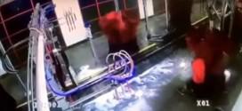 ¿Qué le pasa a un hombre atrapado en un lavado automático de autos? Video lo explica
