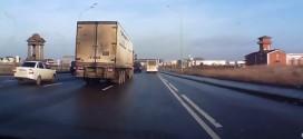 Por un pelo. Mira en este video de lo que se salvó este camión en una autopista