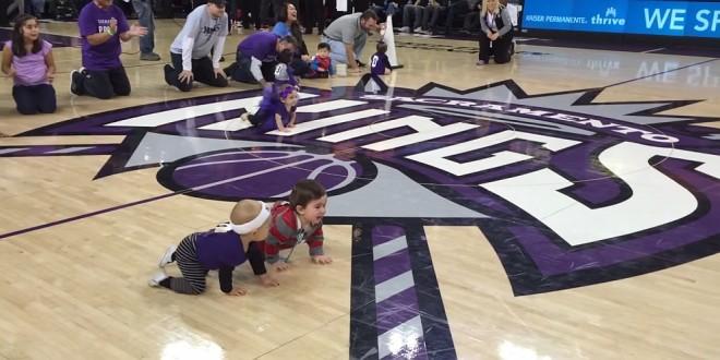 Seguidores del baloncesto de la NBA se emocionan con una inesperada carrera de bebés [video]