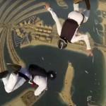 Increíble espectáculo de sincronización de dos paracaidistas mientras caen a gran velocidad