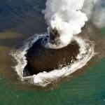 Pequeña isla volcánica que surgió en el Pacífico