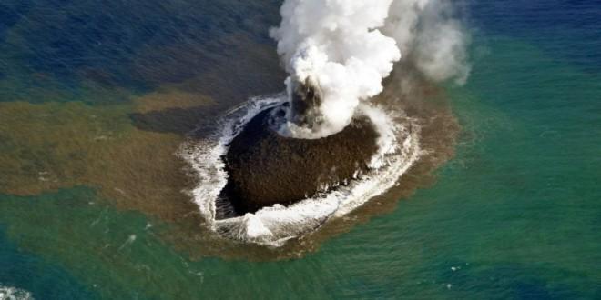Pequeña isla volcánica que surgió en el Pacífico hace dos años, ahora tiene 12 veces su tamaño inicial