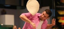 Admira las sensacionales acrobacias que hace un hombre con masa para pizza