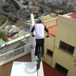 acróbata que salta por los techos en una bicicleta