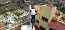 Vértigo y adrenalina en el video del acróbata que salta por los techos en una bicicleta