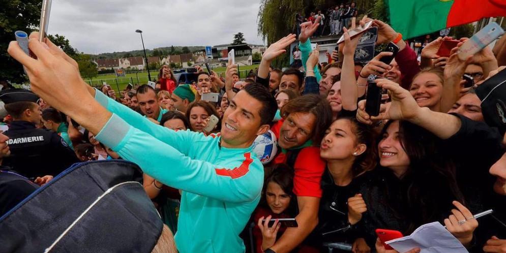 Cristiano Ronaldo empuja a un fan