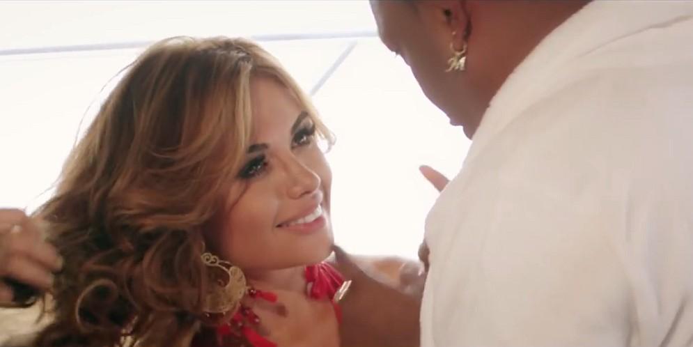 Sara Uribe en el video de Mr. Black