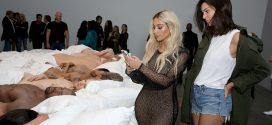 """Imágenes de la exhibición de arte de Kanye West con las celebridades desnudas del video de """"Famous"""""""