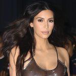Kim Kardashian con un traje transparente