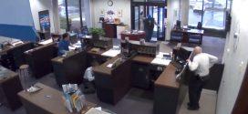 En cámaras quedó registrada la valiente y rápida reacción del guardia de seguridad de un banco
