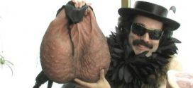 mochila en forma de escroto 01