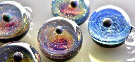 ¿Recuerdas las galaxias contenidas en canicas en 'Hombres de Negro'? Un artista las hizo realidad